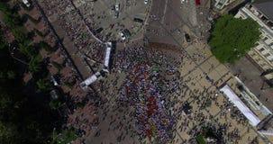 Mnóstwo ludzie biega miasta widok z lotu ptaka zdjęcie wideo