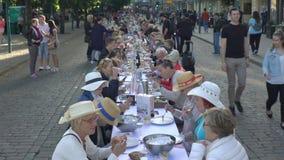 Mnóstwo ludzie je i pije przy ten sam stołem zdjęcie wideo