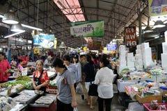Mnóstwo ludzie robi zakupy w Mae Klong świeżej żywności wprowadzać na rynek obraz stock