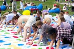 Mnóstwo młodzi ludzie bawić się skręcarki lata zabawę Zdjęcie Royalty Free