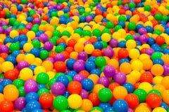 Mnóstwo mini kolorowa piłka w basenie Zdjęcia Stock