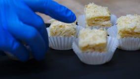 Mnóstwo mini torty Napoleon szefa kuchni kucharzi na talerzu czerń zaświecają Zakończenie ekranizacja zbiory wideo