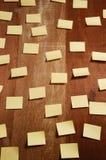 Mnóstwo notatek prześcieradła na drewnianym tle Zdjęcia Royalty Free