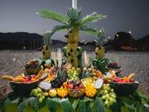 Mnóstwo owoc w stole organizującym z istotą ludzką tworzą Projekt _ strona fotografia stock