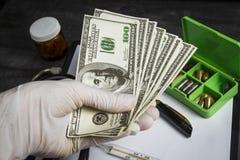 Mnóstwo pieniądze w lekarki ręce zdjęcia royalty free