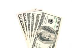 Mnóstwo pieniędzy dolary na białym tle, kopii przestrzeń