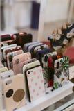 Mnóstwo pokrywy na telefonie fotografia stock