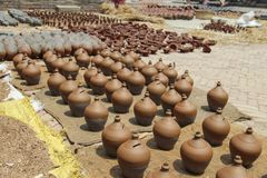 Mnóstwo pomarańcze garnki Tradycyjny Ceramiczny garncarstwo w Bhaktapur miasteczku, Nepal obrazy stock