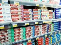 Mnóstwo pudełkowaci pakunki pasta do zębów na półkach sprzedają w supermarkecie Lenta obrazy stock
