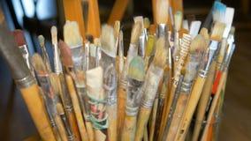 Mnóstwo różni farb muśnięcia stoją pionowego w wazach Fachowy wyposażenie artysta sztuki studio Ostrość zbiory