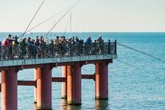 Mnóstwo rybacy z połowów prąciami łapać ryba od brzeg zdjęcie stock