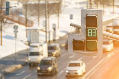 Mnóstwo samochodu stojak w ruchu drogowego dżemu na autostradzie pomimo faktu iż światła ruchu pokazuje zielonego kolor Fotografia Stock