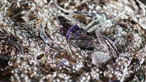 Mnóstwo srebna biżuteria Tło srebro 4K 10 kawałka wideo zdjęcie wideo