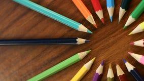 Mnóstwo stubarwni ołówki krążą w okręgu na czarnym drewnianym tle Pojęcia biuro lub szkoła, wiedza dzień pierwszy zbiory wideo