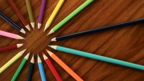 Mnóstwo stubarwni ołówki krążą w okręgu na czarnym drewnianym tle Pojęcia biuro lub szkoła, wiedza dzień pierwszy zdjęcie wideo
