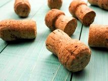 mnóstwo szampanów korki jako substrat dla wina lub tło, zdjęcie stock