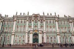 Mnóstwo turyści przed muzeum obraz royalty free