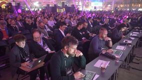 Mnóstwo widzowie słuchają głośnikowa ` s mowa w ogromnej sala zdjęcie wideo