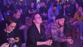 Mnóstwo widzowie słuchają głośnikowa ` s mowa w ogromnej sala zbiory