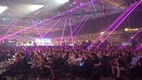 Mnóstwo widzowie słuchają głośnikowa ` s mowa w ogromnej sala zbiory wideo