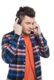 Män i hörlurar. Arkivbild