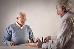 Män som spelar schack Arkivfoton