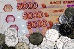 Mn?stwo Rosyjski pieni?dze banknoty pięć tysięcy rubli metal monety zamknięte w górę Banknoty zamykaj? up zdjęcie stock