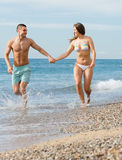 Ménages mariés nouvellement à la plage Photos libres de droits