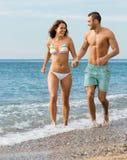 Ménages mariés nouvellement à la plage Photo libre de droits