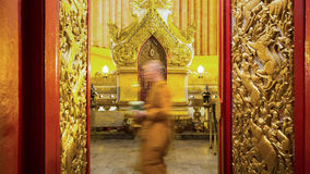 Mönchweg mit brennenden Kerzen in der Hand um einen Tempel Lizenzfreie Stockfotos
