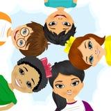 Mång- folkgrupp av barn som bildar en cirkel Arkivfoto