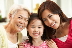 Mång- Genenration kinesisk familj som hemma kopplar av Royaltyfria Bilder