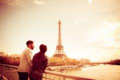 Mång--person som tillhör en etnisk minoritet par som har gyckel i Paris nära Eiffeltorn Arkivfoto