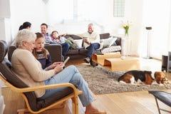 Mång- utvecklingsfamilj som hemma kopplar av tillsammans Royaltyfri Foto
