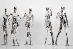 Många danar skinande kvinnliga skyltdockor för kläder Metallisk manne Arkivbild