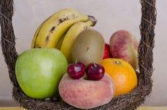 Många frukter i korgen Royaltyfri Bild