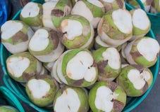 Många kokosnötter i korgen Arkivbilder