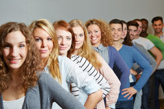 Många tonåring i en ro Arkivbilder
