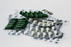 Många medicinpreventivpillerar och minnestavlor Färgrika kapslar och minnestavlacloseup Arkivfoto