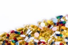 Många olika färgrika läkarbehandling och preventivpillerar på vit bakgrund med kopieringsutrymme Royaltyfria Foton