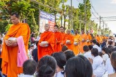 Många personer ger mat och drinken för allmosa till 1.536 buddistiska munkar i visakhabuchadag Arkivbild