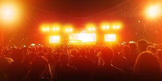 Många personer på konserten Arkivbilder