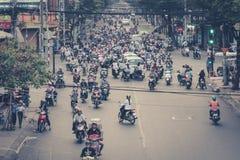 Många sparkcykelchaufförer, mopedtrafik, gator av saigon, VI Arkivfoton