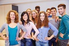 Många tonåring i ett skolaklassrum Royaltyfri Foto