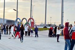 Många turister i olympiskt parkerar Ryssland Sochi Arkivbilder