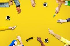Mångfaldfolk som delar att nå förbinda tillsammans begrepp Arkivbild