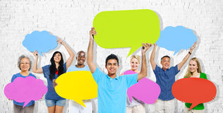 Mångfaldfolket som rymmer färgrikt anförande, bubblar begrepp Arkivbilder