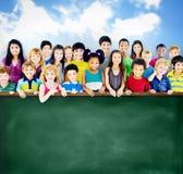 Mångfaldkamratskapgrupp av begreppet för ungeutbildningssvart tavla Arkivbild