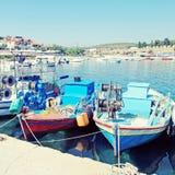 Mångfärgade fiskebåtar i Halkidiki, Grekland Fotografering för Bildbyråer