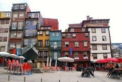 Mångfärgade hus på den Ribeira fyrkanten, Porto, Portugal. Fotografering för Bildbyråer
